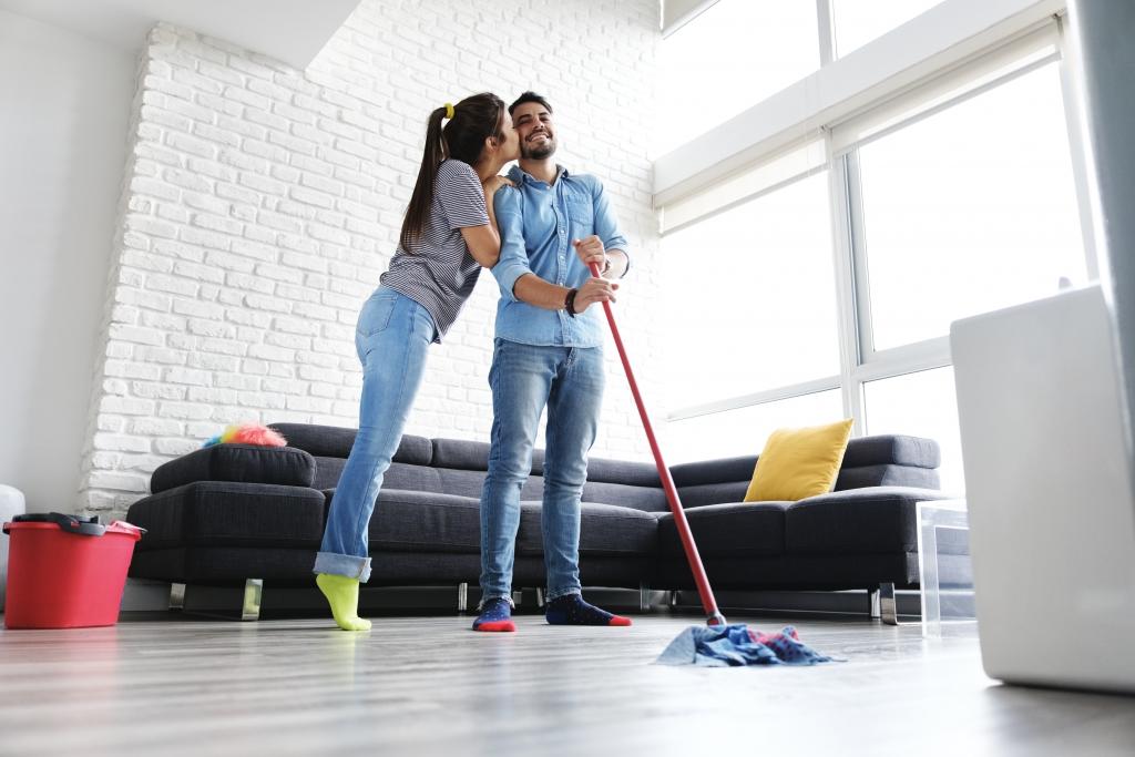 Vloer schoonmaken en opruimen