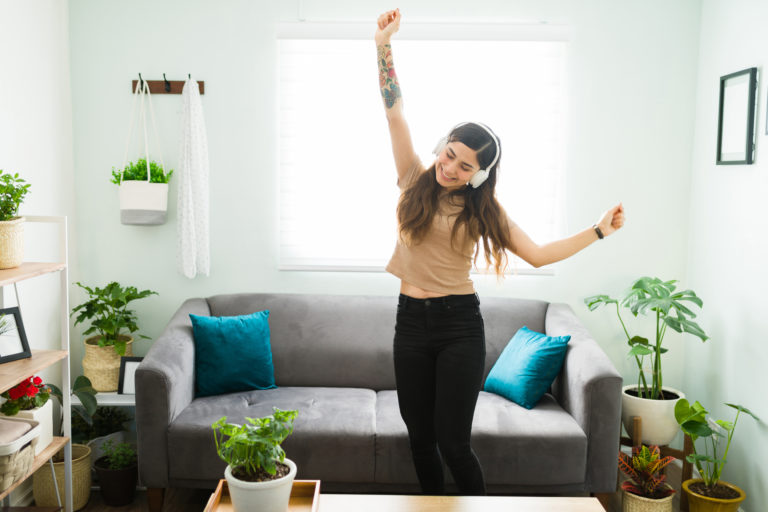 dansen in woonkamer met gordijnen dicht